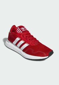 adidas Originals - SWIFT SPORTS STYLE SHOES - Sneakersy niskie - red - 3