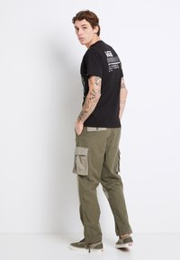 Vans - MN DUFFLE CARGO PANT - Bojówki - grape leaf-vetiver - 2