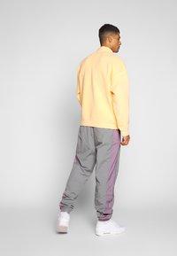 Jordan - Tracksuit bottoms - smoke grey/frosted plum - 2