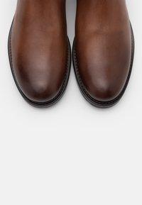 Marc O'Polo - CHELSEA BOOT - Kotníkové boty - cognac - 4