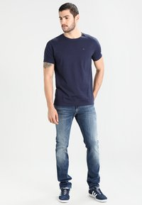 Tommy Jeans - ORIGINAL TEE REGULAR FIT - T-Shirt basic - black iris - 1