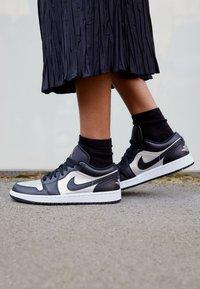 Jordan - AIR 1 SE - Zapatillas - black/metallic silver/white - 2
