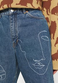 Monki - TAIKI FACES - Jeans relaxed fit - faces - 3