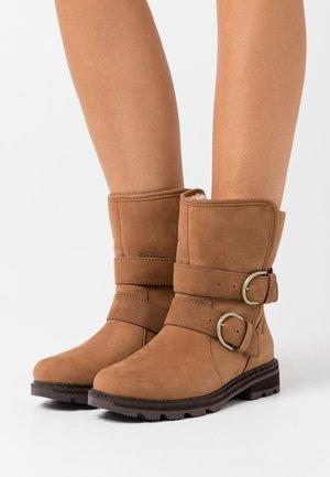 LENNOX MOTO COZY - Winter boots - cognac