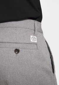 TOM TAILOR - STRUCTURE - Shorts - grey - 4