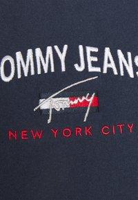 Tommy Jeans - REGULAR TIMELESS SCRIPT TEE - Print T-shirt - twilight navy - 5