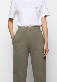Mykke Hofmann - PINE COSWE - Trousers - light dust green - 4