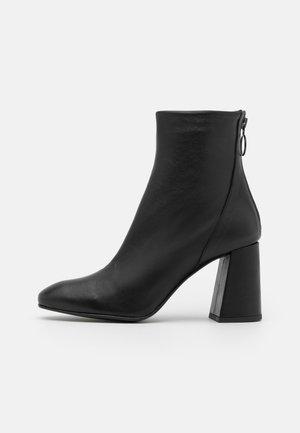VMCILLA BOOT - Kotníková obuv na vysokém podpatku - black