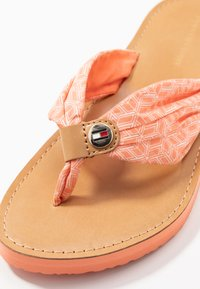 Tommy Hilfiger - TH MONO FLAT BEACH SANDAL  - T-bar sandals - island coral - 2
