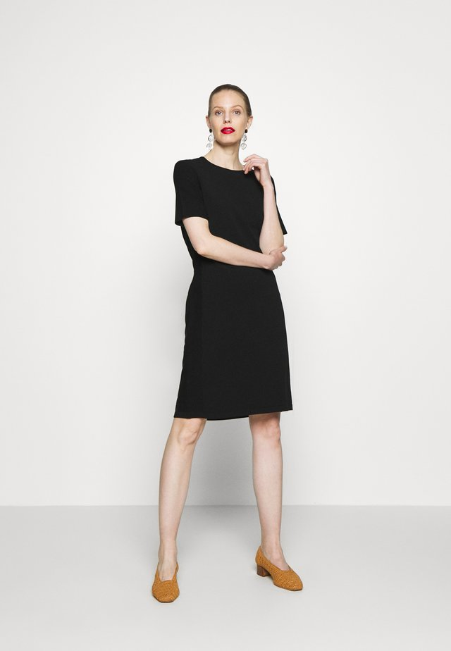 HEAVY DRESS SHORT SLEEVE - Pletené šaty - pure black