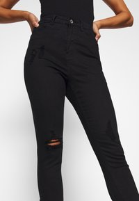 Missguided Petite - SINNER HIGHWAISTED DESTROYED - Jeans Skinny Fit - black - 5
