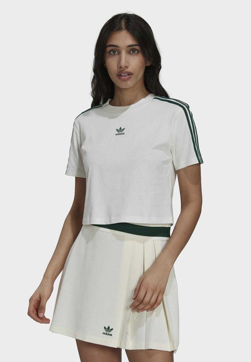 adidas Originals - TENNIS LUXE CROPPED ORIGINALS CROP - Print T-shirt - white