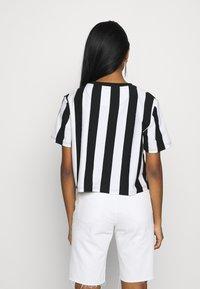 Karl Kani - COLLEGE STRIPE TEE - Print T-shirt - black/white - 2