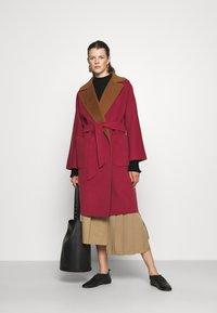 WEEKEND MaxMara - RAIL - Classic coat - bordeaux/camello - 1