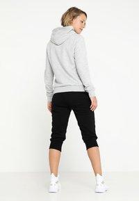 Puma - ESS LOGO HOODY  - Jersey con capucha - light gray heather - 2