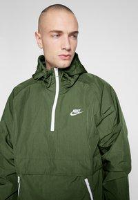Nike Sportswear - Wiatrówka - treeline/white - 4