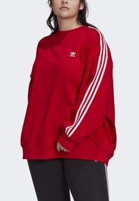 adidas Originals - ADICOLOR ORIGINALS SLIM PULLOVER - Sweatshirt - red - 1