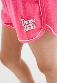 WE Fashion - MET GLITTEROPDRUK - Shorts - bright pink - 2