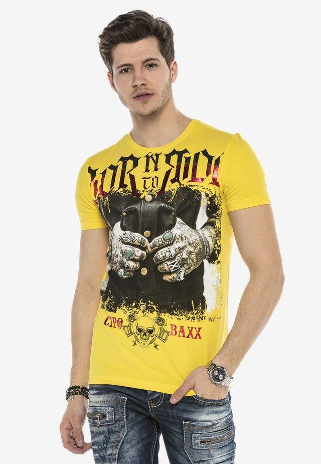 TOUGH RIDER  - Print T-shirt - gelb