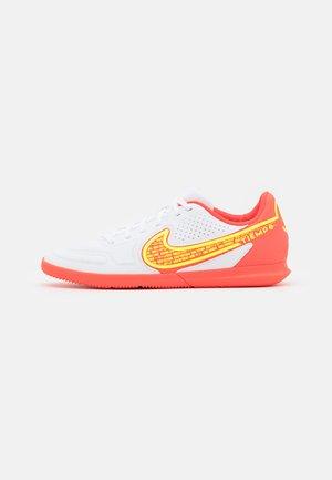 TIEMPO LEGEND 9 CLUB IC - Indoor football boots - white/volt/bright crimson