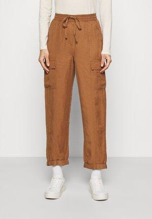 CARGO - Pantalon cargo - brown