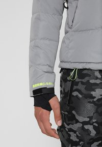 Superdry - SNOW SHADOW  - Skidjacka - carbomised grey - 6