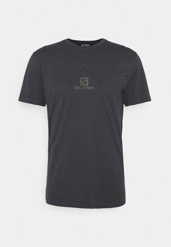 LOGO TEE - T-shirts print - ebony/black/olive night