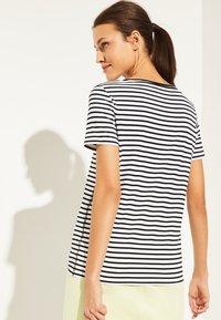comma casual identity - MIT PAILLETTEN SCHRIFTZUG - Print T-shirt - white - 2