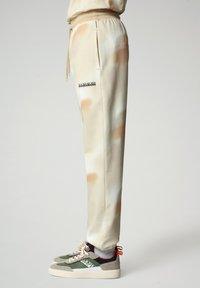 Napapijri - M-AIRBRUSH H AOP - Tracksuit bottoms - beige camou - 3