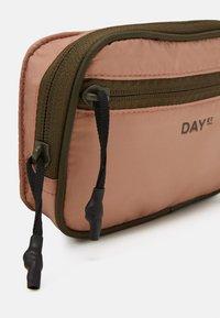 DAY ET - BLOCK - Across body bag - ivy green - 3