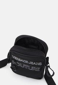 Versace Jeans Couture - UNISEX - Axelremsväska - black - 3