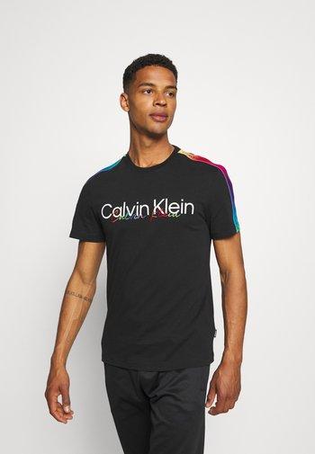 PRIDE REGULAR FIT CREW TEE UNISEX - T-shirt med print - black