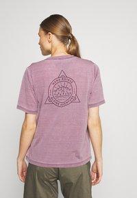 Mons Royale - SUKI TEE GARMENT - T-shirt imprimé - vintage eggplant - 2