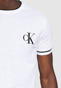 Calvin Klein Jeans - TIPPING CK ESSENTIAL TEE - Print T-shirt - bright white - 5