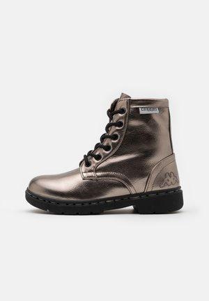 DEENISH SHINE UNISEX - Šněrovací kotníkové boty - silver/black