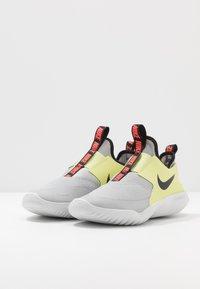 Nike Performance - FLEX RUNNER - Závodní běžecké boty - light smoke grey/black/limelight/photon dust - 3
