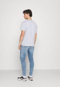 Tommy Jeans - VARSITY BBALL GRAPHIC TEE UNISEX - Triko spotiskem - silver grey - 2