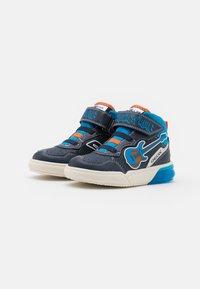 Geox - GRAYJAY BOY - Sneakersy wysokie - navy/light blue - 1
