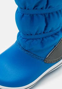 Crocs - CROCBAND WINTER UNISEX - Winter boots - bright cobalt/light grey - 5