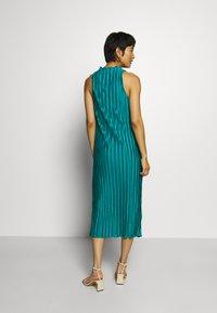 Who What Wear - PLISSE DRESS - Společenské šaty - emerald - 2