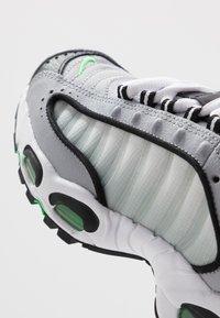 Nike Sportswear - AIR MAX TAILWIND IV - Trainers - wolf grey/green spark/white/black - 2