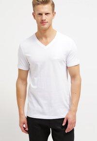 Pier One - 2 PACK - T-shirt basic - white/black - 1
