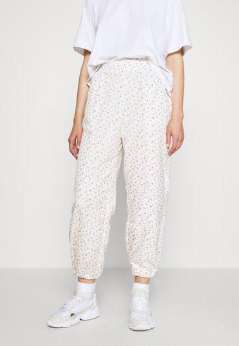 DREW PANTS - Pantalones deportivos - tofu