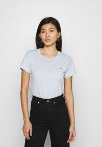 Tommy Hilfiger - NEW CREW NECK TEE - T-shirts basic - breezy blue - 0