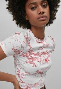 Bershka - T-shirt med print - white - 3