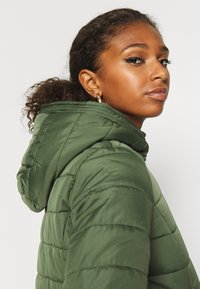 Vero Moda - VMSIMONE HOODY SHORT JACKET - Light jacket - black forest - 3