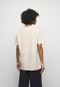 By Malene Birger - FAYEH. - Basic T-shirt - stone - 2