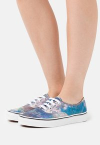 Vans - AUTHENTIC CLAUDE MONET - Sneakersy niskie - blue - 0