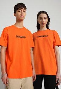 Napapijri - S-BOX   - T-shirt med print - orangeade - 2