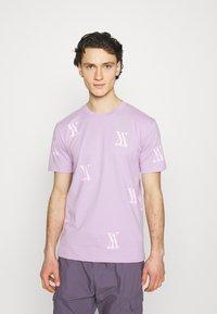 YAVI ARCHIE - RANDOM LOGO - Print T-shirt - lavender - 0